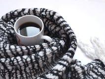 Café sólo caliente con la bufanda blanco y negro modelada en el escritorio blanco Endecha plana Visión superior Foto de archivo libre de regalías