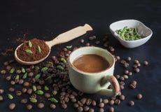Café sólo con el cardamomo y las fechas Café árabe tradicional foto de archivo libre de regalías