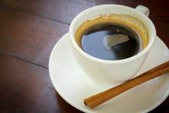 Café sólo con el palillo de canela. Fotos de archivo