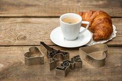 Café sólo con la decoración del cruasán y del corazón Foto de archivo libre de regalías