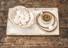 Café sólo con las galletas del merengue Todavía de la vendimia vida Imagen de archivo libre de regalías
