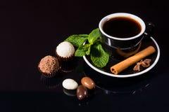 Café sólo con las trufas y las especias de chocolate Imágenes de archivo libres de regalías