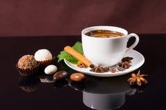 Café sólo con las trufas y las especias de chocolate Fotografía de archivo