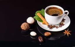 Café sólo con las trufas y las especias de chocolate Foto de archivo libre de regalías