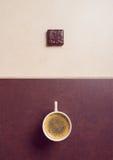 Café sólo con los caramelos de chocolate fotos de archivo libres de regalías