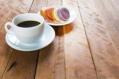 Café sólo con los macarrones Foto de archivo libre de regalías