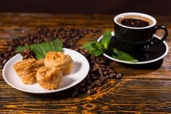 Café sólo con los pasteles y la menta gastrónomos Imágenes de archivo libres de regalías