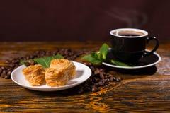 Café sólo con los pasteles y la menta gastrónomos Imagen de archivo