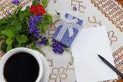 Café sólo de la mañana con las galletas sonrientes alegres Imagen de archivo libre de regalías