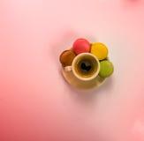 Café sólo delicioso en una taza de cerámica hermosa con delicioso Foto de archivo libre de regalías