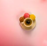 Café sólo delicioso en una taza de cerámica hermosa con el del tres Fotografía de archivo