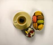 Café sólo delicioso en una taza de cerámica hermosa con los macarrones Imágenes de archivo libres de regalías