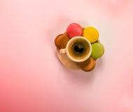 Café sólo delicioso en una taza y un platillo de cerámica hermosos Imágenes de archivo libres de regalías