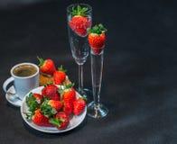 Café sólo en la taza blanca, con los cruasanes en el platillo, chispeando Foto de archivo libre de regalías