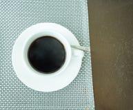 Café sólo en la taza de cerámica blanca Imagen de archivo