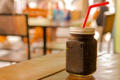 Café sólo en tarro de albañil en la tabla y el fondo del restaurante en Asia Fotografía de archivo libre de regalías