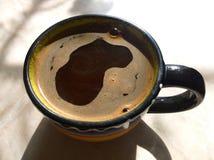 Café sólo en una taza Foto de archivo libre de regalías