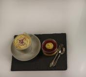 Café sólo en una taza blanca en un platillo con crema azotada Foto de archivo libre de regalías