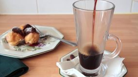Café sólo que es vertido en una taza de cristal almacen de video