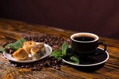 Café sólo servido con los pasteles en la tabla de madera Fotos de archivo libres de regalías
