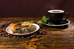 Café sólo servido con los pasteles en la tabla de madera Imagen de archivo