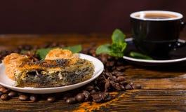 Café sólo servido con los pasteles en la tabla de madera Imágenes de archivo libres de regalías