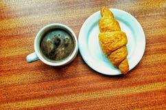 Café sólo y croissant fotografía de archivo
