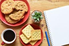 Café sólo y galleta de la visión superior imagen de archivo libre de regalías