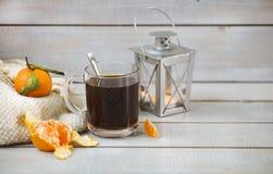 Café sólo y mandarina en fondo de madera ligero Fotografía de archivo