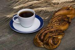 Café sólo y rollo con la amapola Fotos de archivo libres de regalías