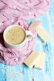 Café saboroso do Natal ou cacau e cookies doces no fundo de madeira azul Fotos de Stock