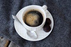 Café saboroso fresco delicioso na manta cinzenta fotografia de stock