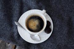 Café saboroso fresco delicioso na manta cinzenta imagem de stock