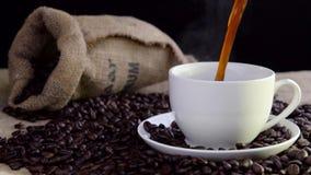 Café sabroso fresco de colada en la taza metrajes