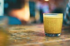 Café sano dentro de una taza de cristal fotos de archivo