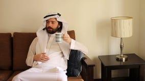Café saoudien de boissons d'homme à la maison banque de vidéos