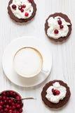 Café savoureux de cappuccino avec des biscuits Images stock