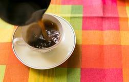 Café se renversant dans la tasse Photo stock