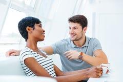 Café se reposant et potable d'homme bel gai avec son amie Image libre de droits