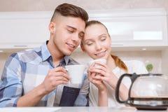 Café se reposant et potable de jeunes couples Images libres de droits