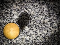 Café servido en un escritorio imagenes de archivo