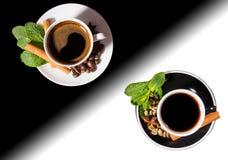 Café servido en Yin Yang Mugs blanco y negro Fotos de archivo libres de regalías