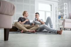Café sirotant de couples gais heureux Images stock