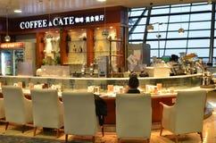 Café situé à l'intérieur de l'aéroport de Pudong à Changhaï Photos stock