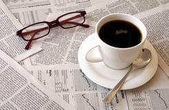 Café sobre el periódico Foto de archivo libre de regalías