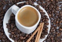 Café sobre feijões do coffe. Imagens de Stock