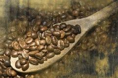 Café sobre la cuchara de madera Foto de archivo libre de regalías