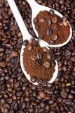 Café soluble dans la cuillère sur des grains de café Images stock