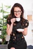 Café sonriente de la bebida de la empresaria empresario en desgaste formal y vidrios profesor de escuela en el almuerzo Descanso  fotografía de archivo libre de regalías
