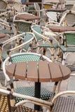 Café-Stühle und Tabelle, Paris Stockbild